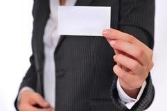 Femme d'affaires affichant une carte de visite professionnelle vierge de visite Images libres de droits