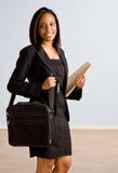 Femme d'affaires africaine avec la serviette images stock