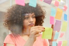 Femme d'affaires africaine en analysant des idées photo stock