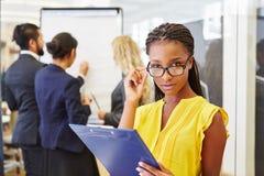 Femme d'affaires africaine regardant et pensant photos libres de droits