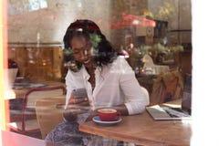 Femme d'affaires d'afro-américain en café Photo stock