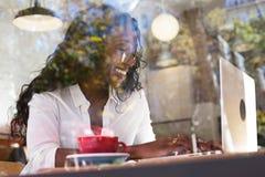 Femme d'affaires d'afro-américain en café Photos stock