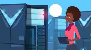 Femme d'affaires d'afro-américain travaillant à la Tablette de Digital au centre de base de données ou à la femme d'affaires mode Photo stock