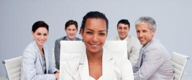 Femme d'affaires afro-américaine souriant lors d'un contact Photographie stock