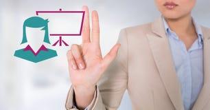 Femme d'affaires agissant l'un sur l'autre avec l'icône d'écran de femme d'affaires Photographie stock libre de droits