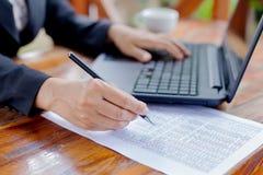 Femme d'affaires analysant des diagrammes d'investissement avec l'ordinateur portable Accountin Image libre de droits