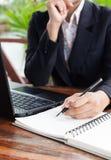 Femme d'affaires analysant des diagrammes d'investissement avec l'ordinateur portable Accountin Photos stock