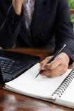 Femme d'affaires analysant des diagrammes d'investissement avec l'ordinateur portable Accountin Photos libres de droits