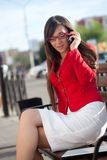 Femme d'affaires appelant par le téléphone, jupe rouge s'usante Images stock