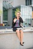 Femme d'affaires appelle le téléphone et la consommation Photographie stock libre de droits