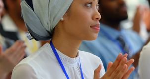Femme d'affaires applaudissant un discours dans le séminaire 4k d'affaires banque de vidéos