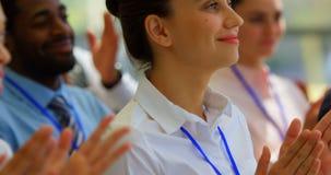 Femme d'affaires applaudissant un discours dans le s?minaire 4k d'affaires banque de vidéos