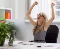 Femme d'affaires appréciant le succès au travail Photos stock