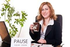 Femme d'affaires appréciant sa pause image libre de droits