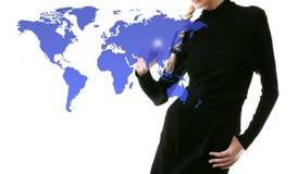 Femme d'affaires appuyant l'écran tactile de carte du monde Image libre de droits
