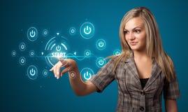 Femme d'affaires appuyant le type simple de boutons marche image libre de droits