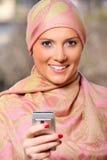 Femme d'affaires arabe avec un téléphone portable images stock