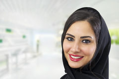 Femme d'affaires Arabe portant Hijab images stock