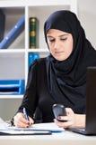 Femme d'affaires arabe travaillant dans le bureau Photo stock