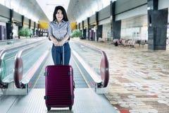 Femme d'affaires asiatique avec la valise sur l'aéroport Image stock