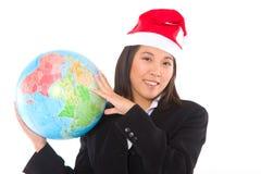 Femme d'affaires asiatique avec le chapeau et le globe de Santa Photos stock