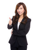 Femme d'affaires asiatique avec le pouce vers le haut Photos libres de droits