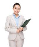 Femme d'affaires asiatique avec le presse-papiers photo stock