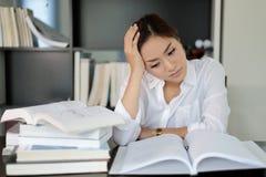 Femme d'affaires asiatique et étudiante sérieuse au sujet de la lecture Images libres de droits