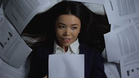 Femme d'affaires asiatique lisant le contrat réussi, heureux de finir le travail, overhours clips vidéos