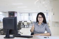 Femme d'affaires asiatique montrant le pouce  photos libres de droits