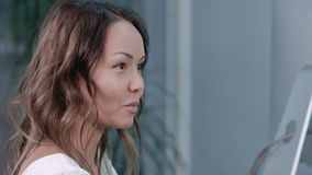 Femme d'affaires asiatique parlant avec des associés dans le bureau photos stock