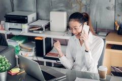 Femme d'affaires asiatique regardant l'ordinateur portable et la main avec f de sourire photographie stock libre de droits