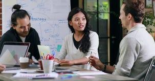 Femme d'affaires asiatique s'asseyant et parlant banque de vidéos