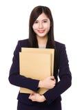 Femme d'affaires asiatique se tenant avec le dossier photos libres de droits