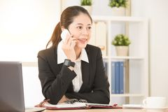 Femme d'affaires asiatique travaillant au studio personnel Photo stock