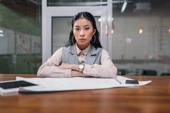 femme d'affaires asiatique travaillant avec le modèle et les dispositifs numériques images libres de droits
