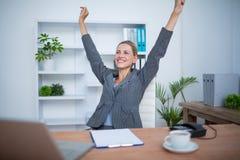 Femme d'affaires assez blonde faisant des gestes la victoire photographie stock