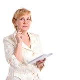 Femme d'affaires assez mûre avec le crayon lecteur et le cahier Photographie stock