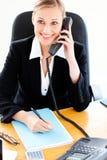 Femme d'affaires assurée téléphonant et écrivant Photo stock