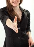 Femme d'affaires atteignant à l'extérieur la main pour la prise de contact Image stock