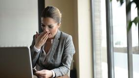Femme d'affaires attendant quelqu'un banque de vidéos