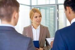 Femme d'affaires attentive Image stock