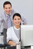 Femme d'affaires attirante aidant par son gestionnaire image libre de droits