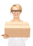 Femme d'affaires attirante avec la boîte en carton Image libre de droits