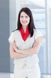 Femme d'affaires attirante avec les bras pliés Images stock