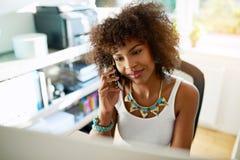Femme d'affaires attirante causant sur un mobile Image stock