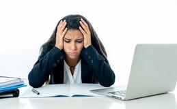 Femme d'affaires attirante désespérée accablée avec trop de travail qui ne peut pas manipuler se sentir plus frustrant et nerveux photos stock
