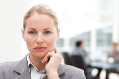Femme d'affaires attirante dans son bureau image stock