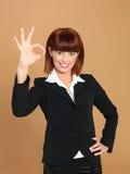 Femme d'affaires attirante et jeune affichant le signe en bon état Photo libre de droits