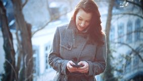 Femme d'affaires attirante extérieure avec le téléphone portable banque de vidéos